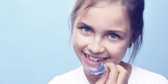 Foto de niña con ortodoncia